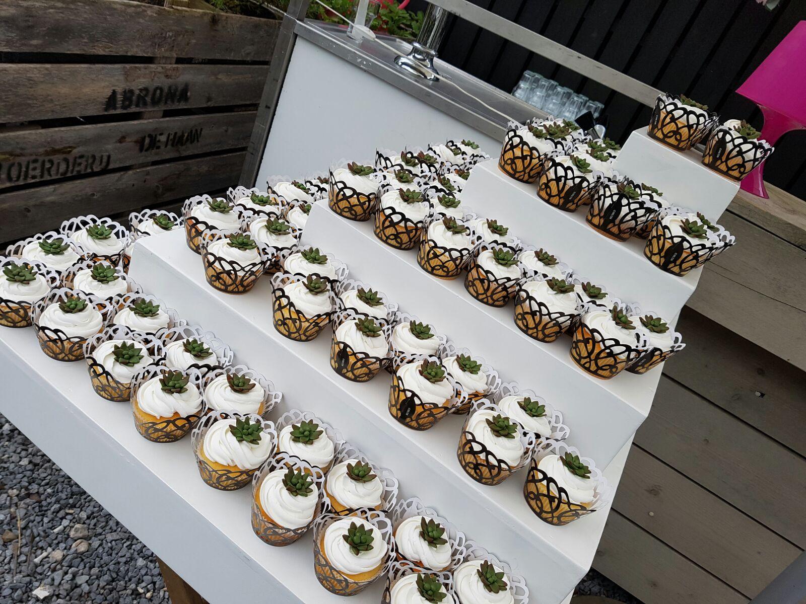 Bruiloft | Etagère met cupcakes